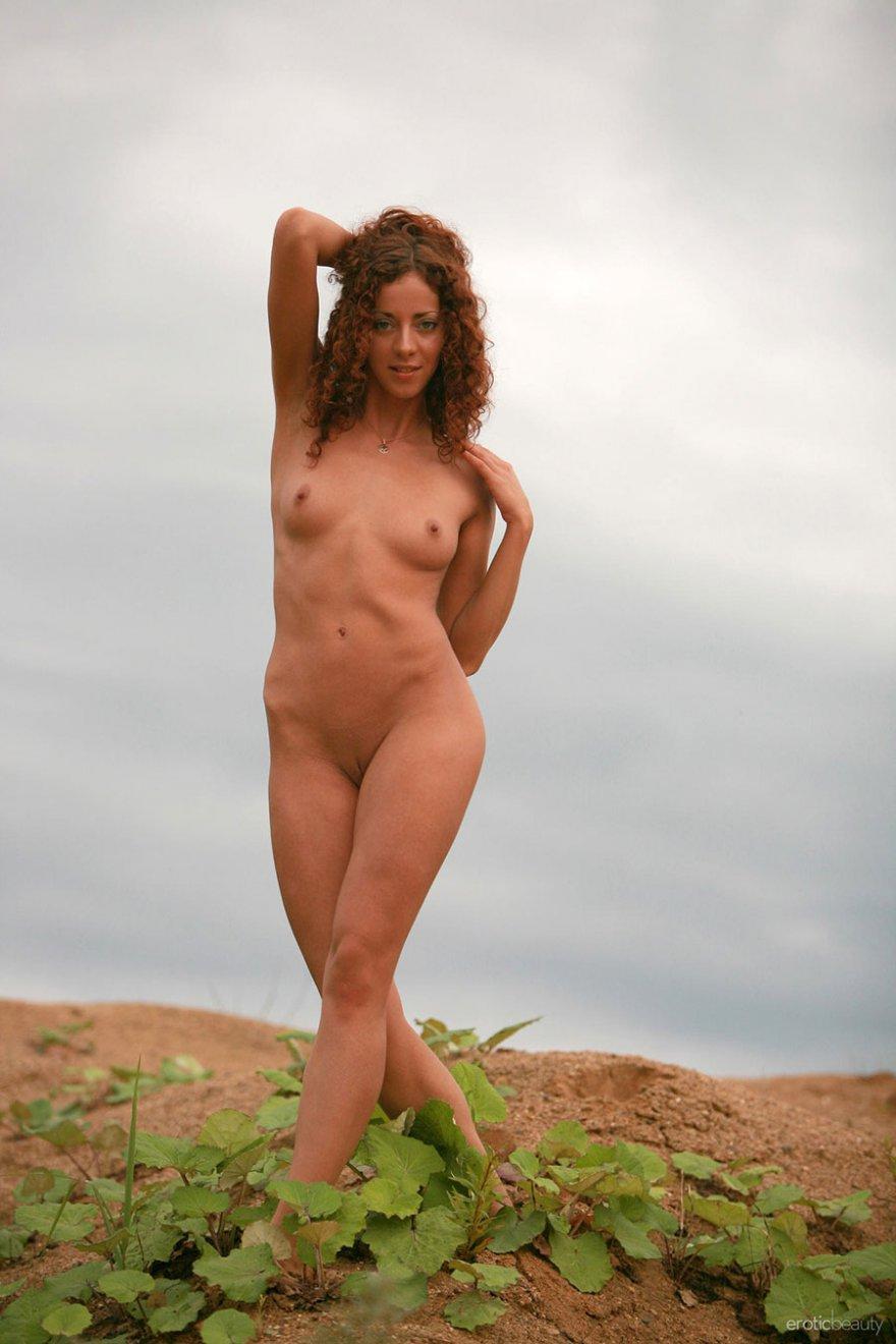 Эро фото кудрявой рыженькой девушки на свежем воздухе