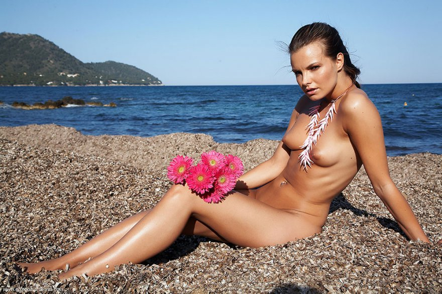 Обнаженная баба с букетом цветов на море