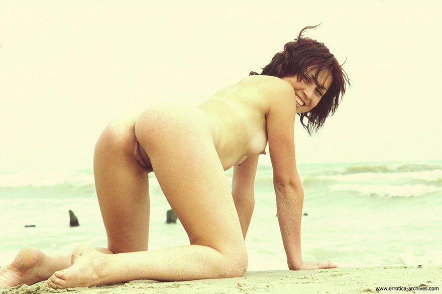 Фото ню брюнетки с маленькими буферами на море