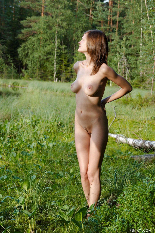 Голая сучка на фоне лесного озера секс фото