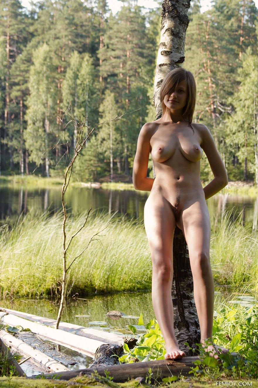 devushki-na-beregu-golie-foto