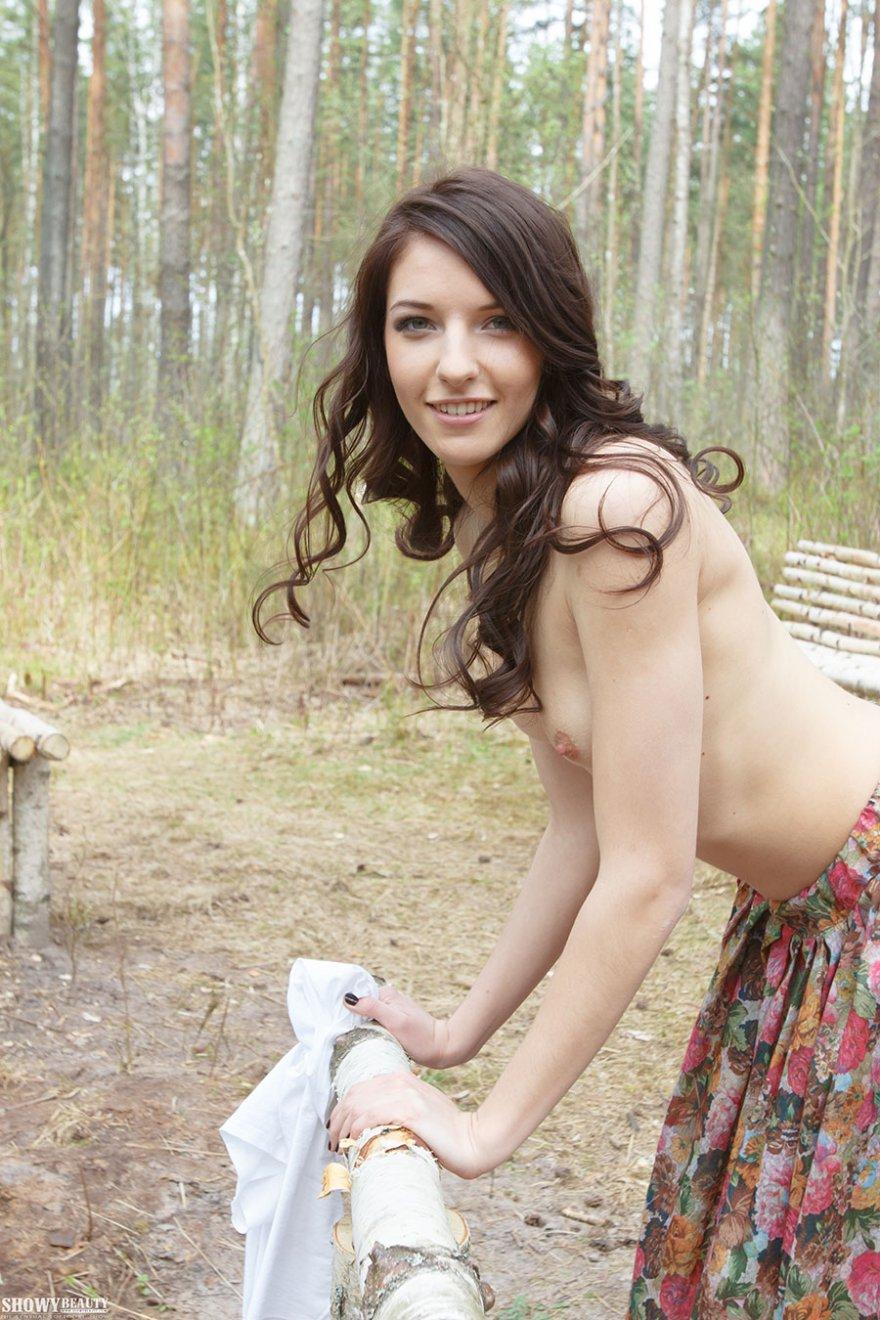 Девушка в длинной юбке - на деревянном мостике смотреть эротику