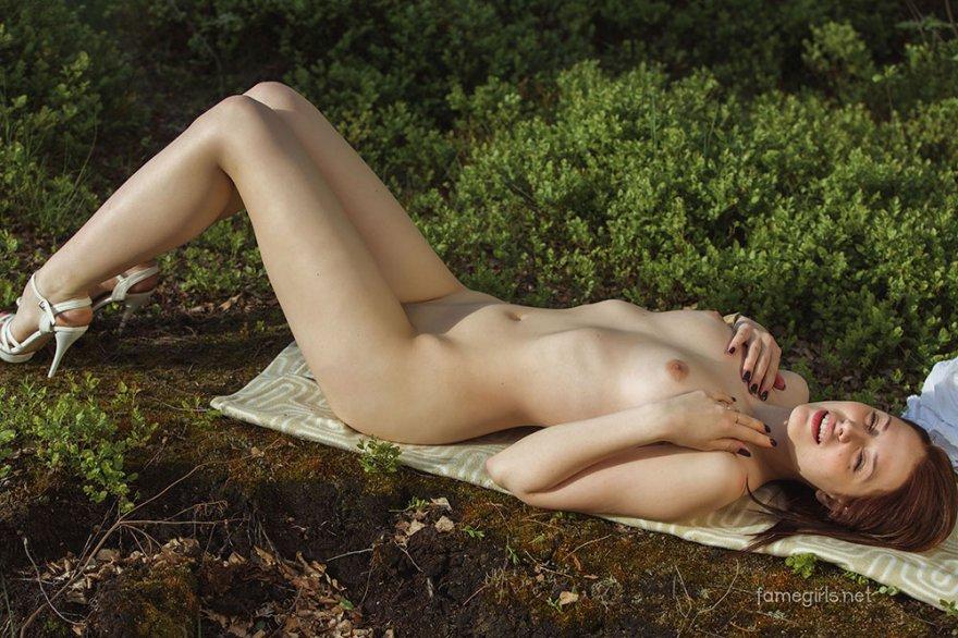 Идеальная чика медленно снимает одежду под березой секс фото