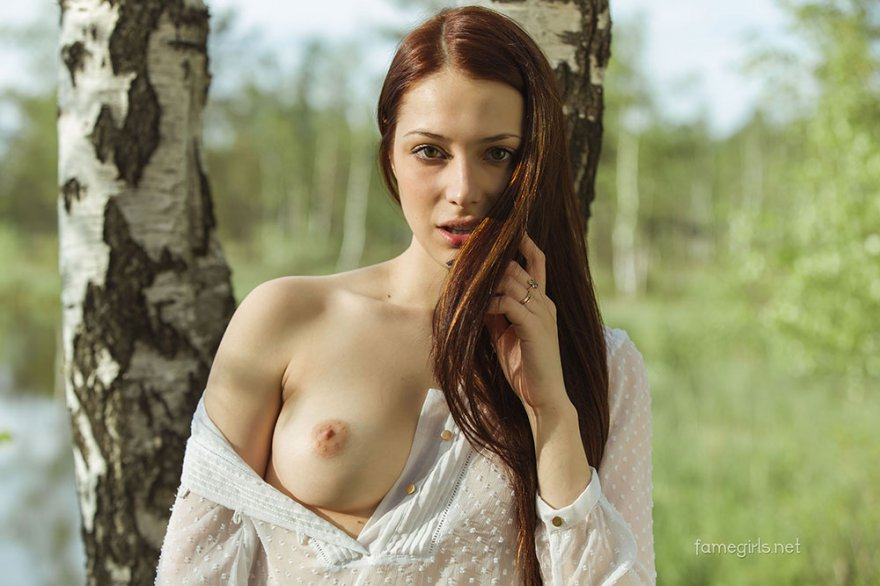 Красивая девушка медленно раздевается под березой