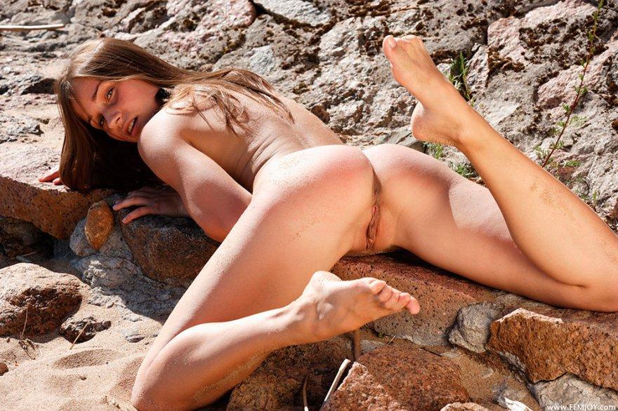 Ню фото молоденькой девушки в горах