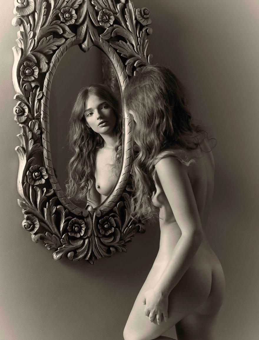 Черно-белое фото ню обнаженный девушки перед зеркалом