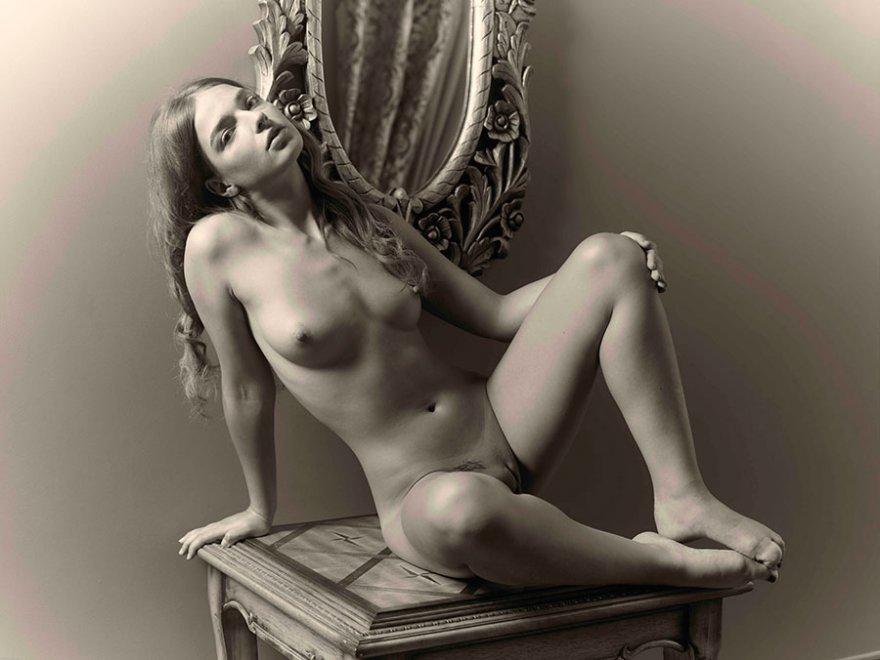 Черно-белое порно фото раздетый сучки перед зеркалом