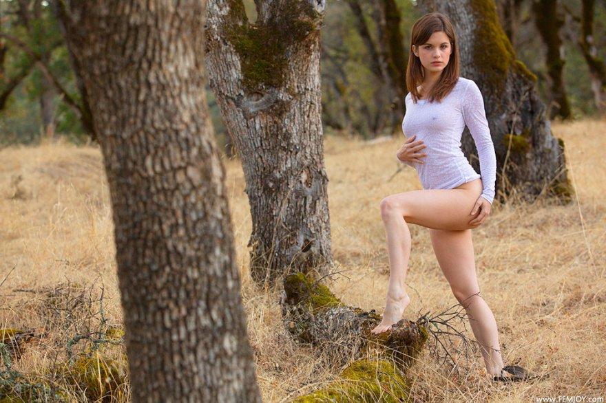 18-летняя блядь стягивает шортики в лесу секс фото