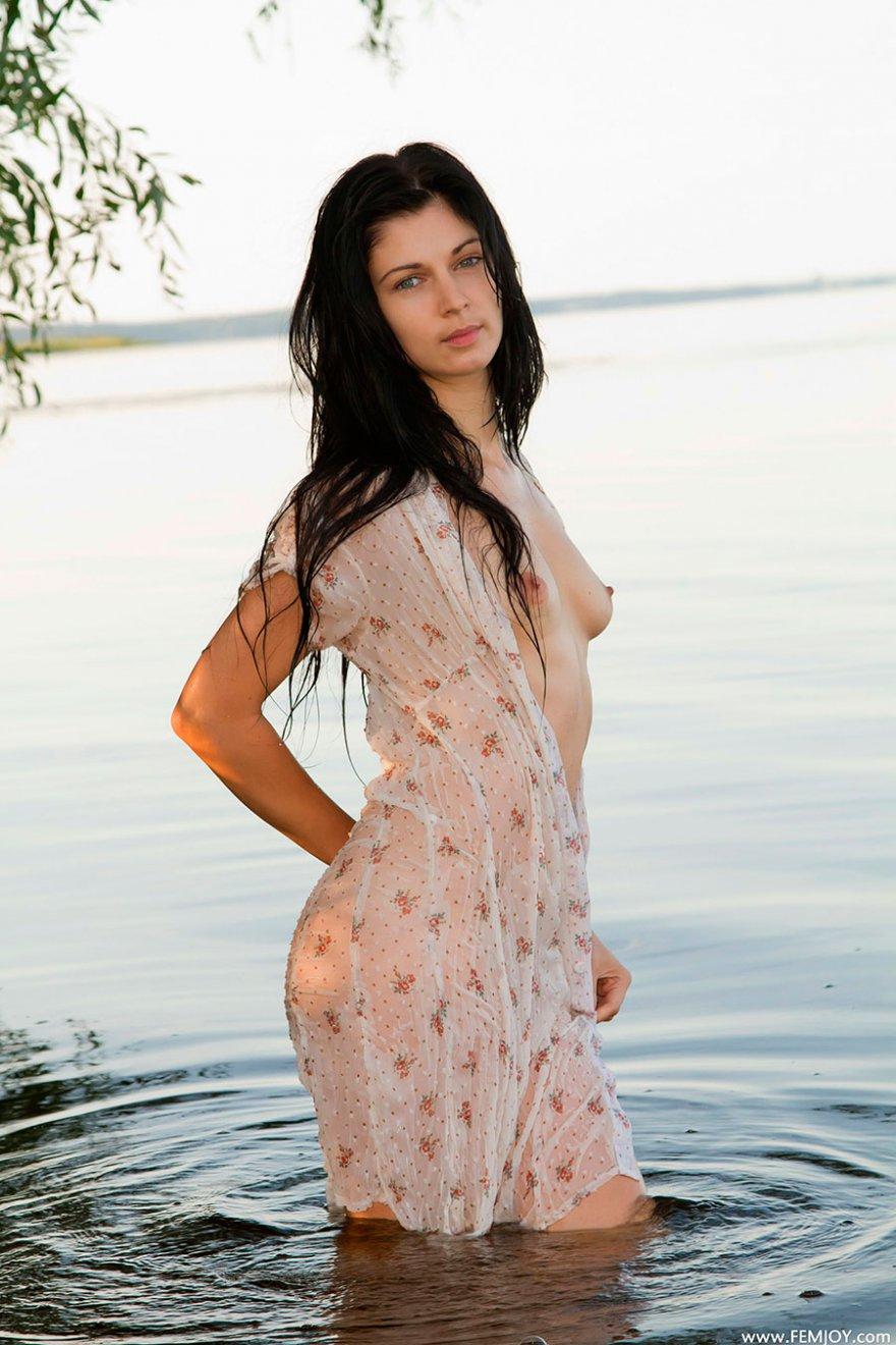 Русая порноактрисса в мокром платье снимается в реке