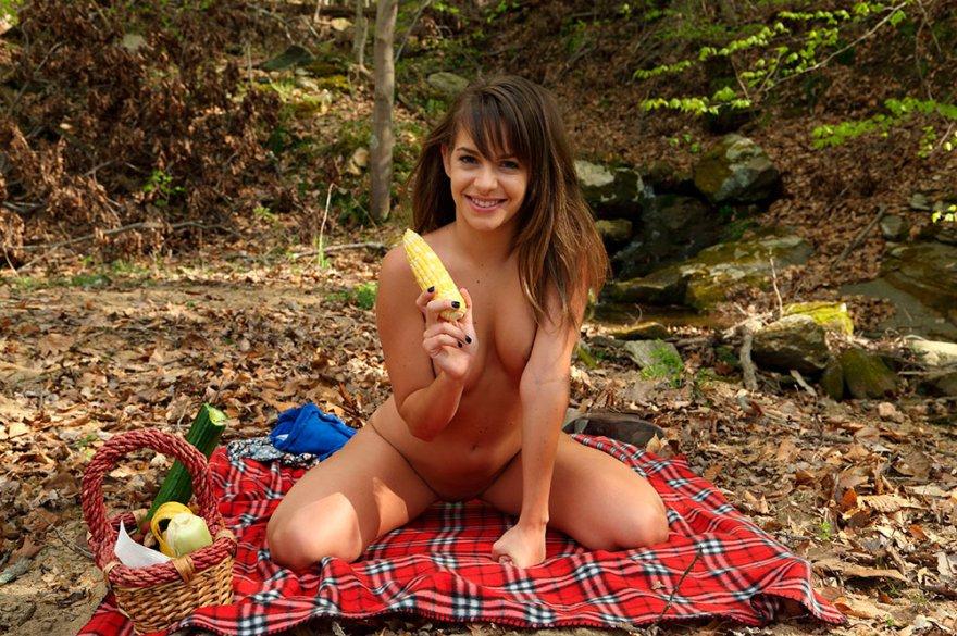 Пикник голой девушки возле лесного ручья