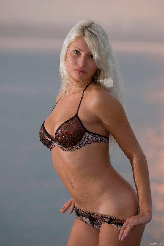 18-летняя блондинка снимает купальник на пристани секс фото