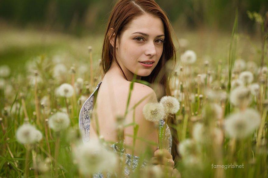 Секс фото голой тёлки в саду с одуванчиками
