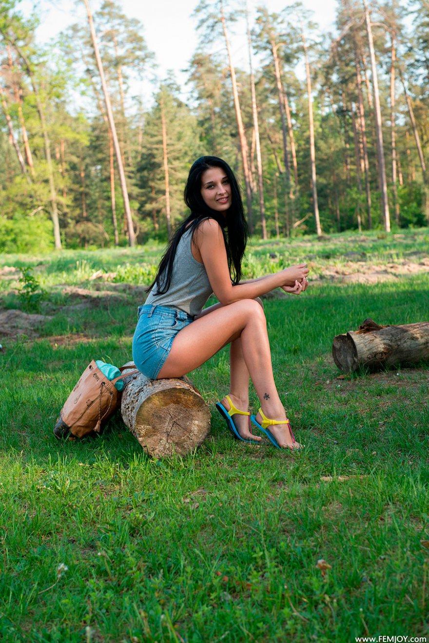 Голая брюнетка в лесу
