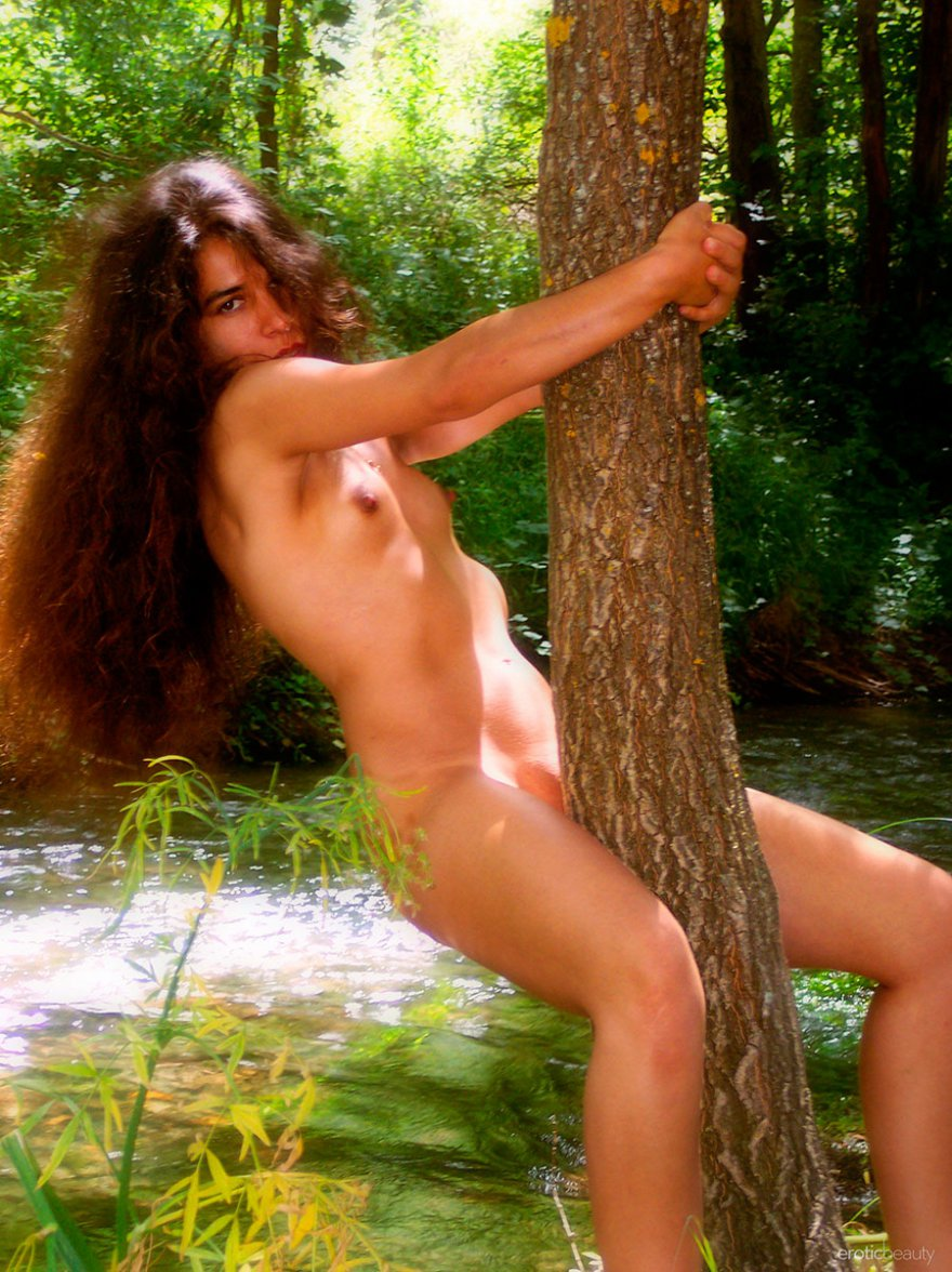 Фото ню лохматой брюнетки в лесу