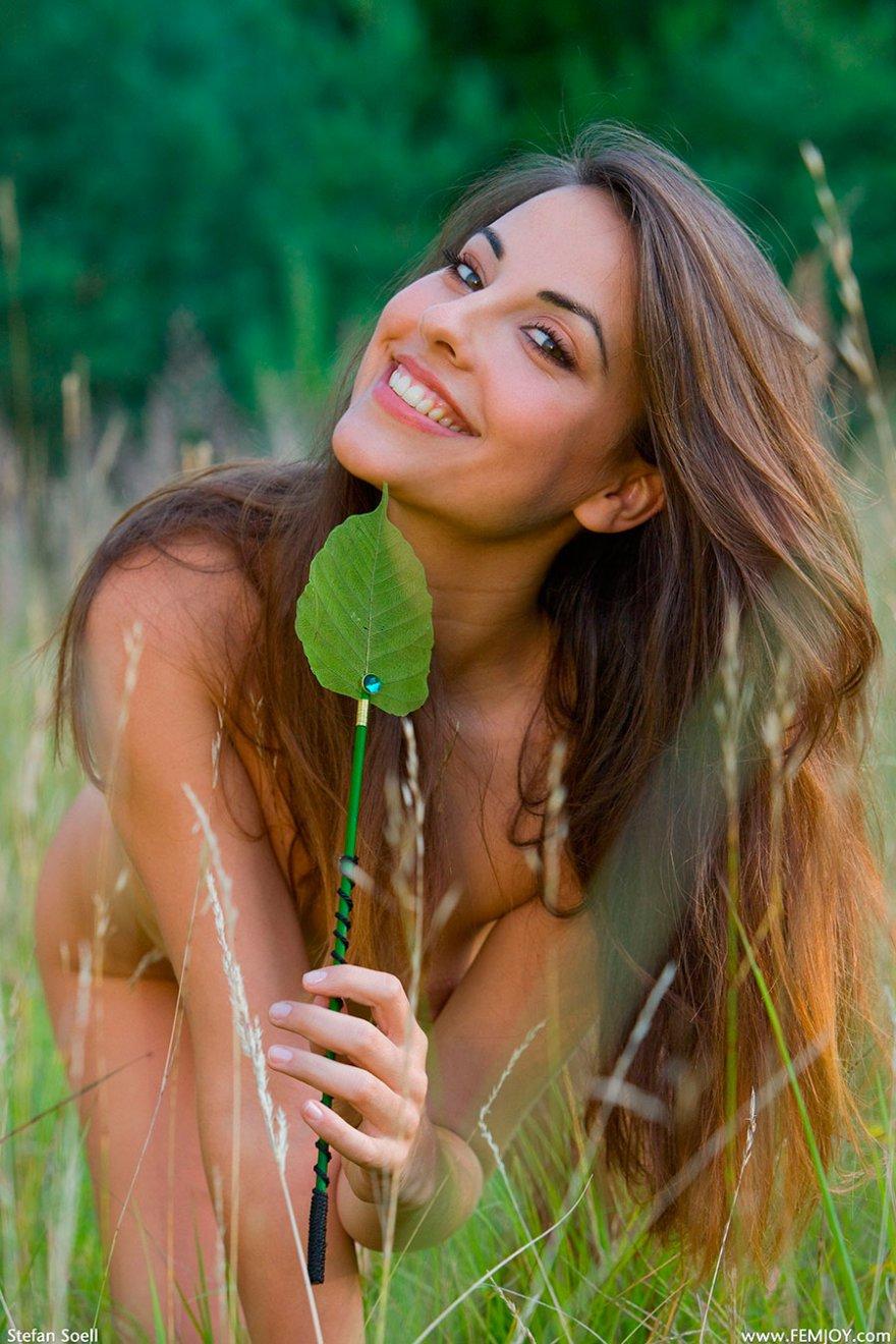 Голая сучка на зеленой травке