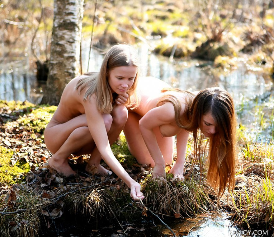 Две обнаженные девушки в весеннем лесу