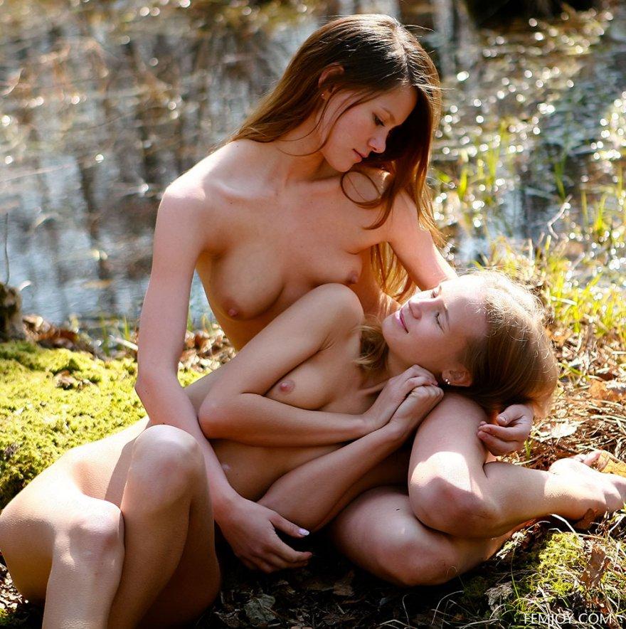 Две голые девушки в весеннем лесу