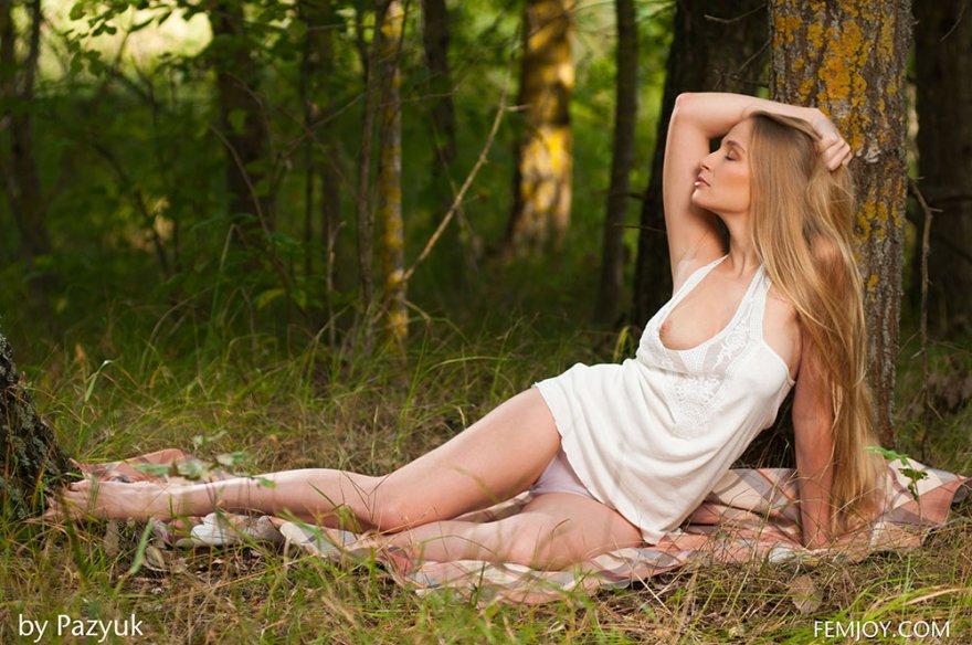 Фото порно привлекательной светловолосые девки с книгой под деревом
