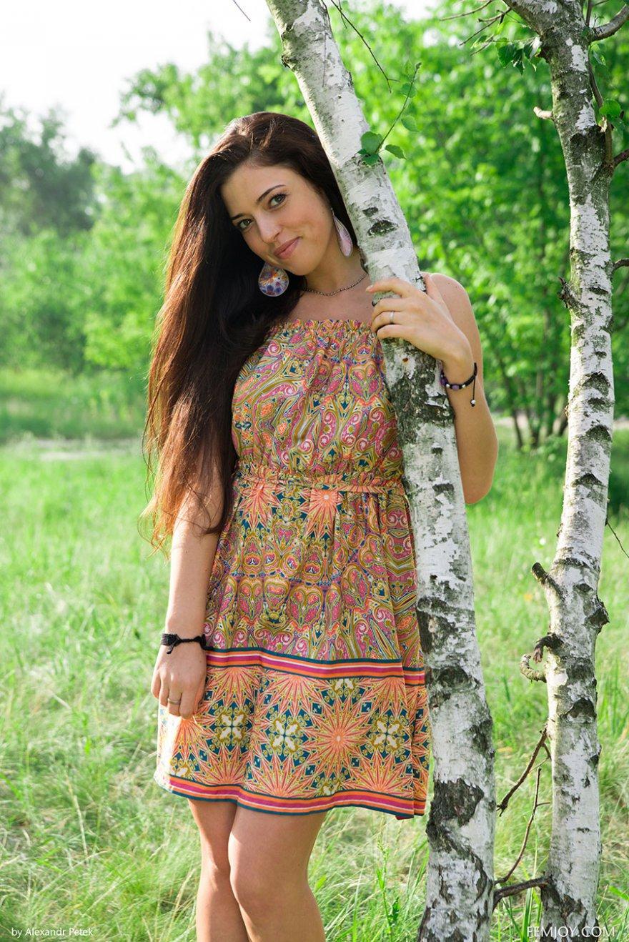 Фото ню русской девушки под березкой