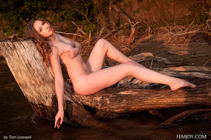 Роковые эро фото рыжей девушки около реки смотреть эротику