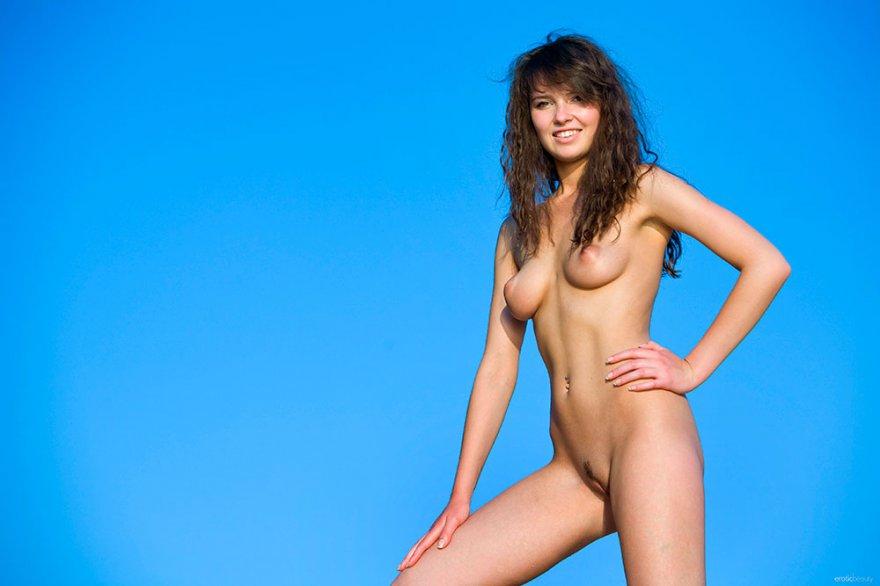 Красивая голая девушка на песке