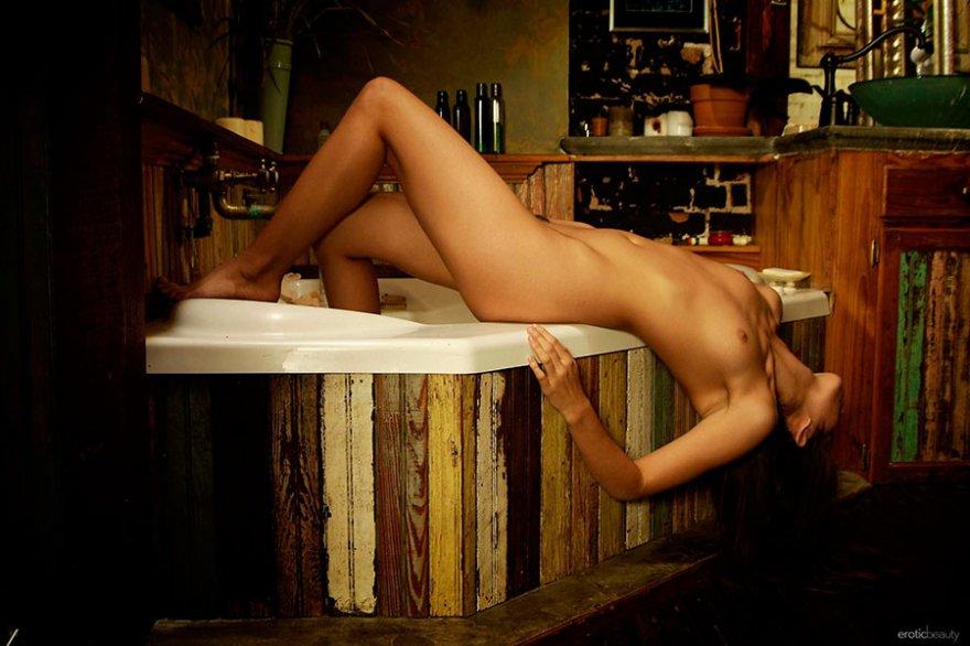 Эро фото брюнетки в ванне