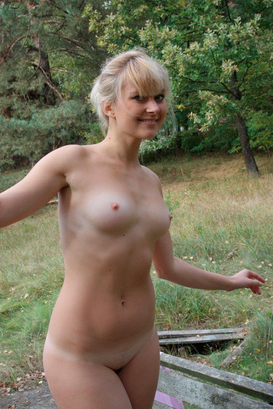 Эро фото голой блондиночки на скамейке секс фото