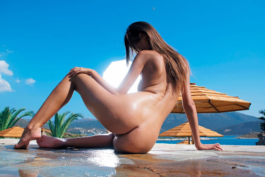 Эро фото смуглой милашки под пальмами секс фото