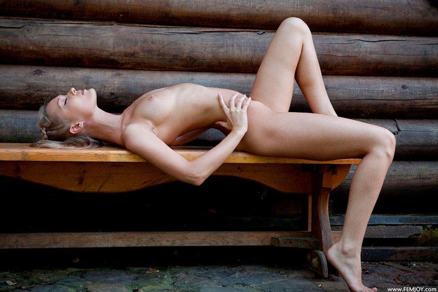Фото ню русской бабы без нижнего белья секс фото