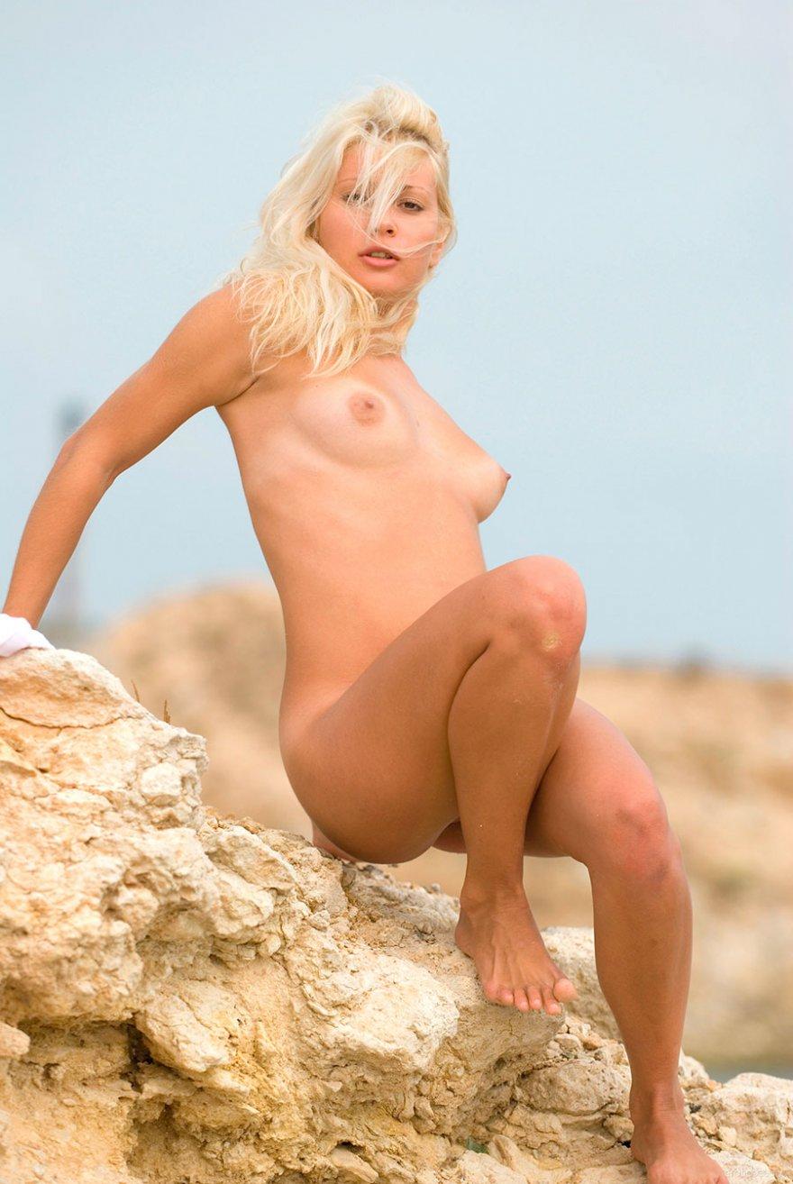 Чувственные фото блондинки на камнях у моря
