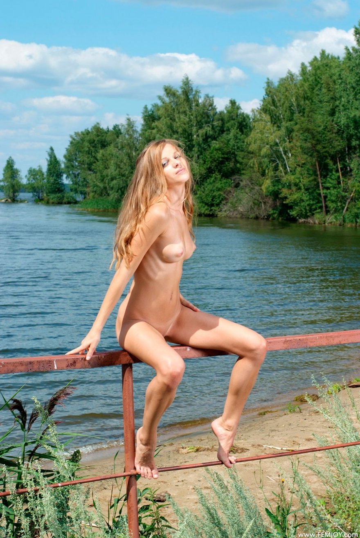 Фото ню горячей сучки со свелыми волосами у реки секс фото