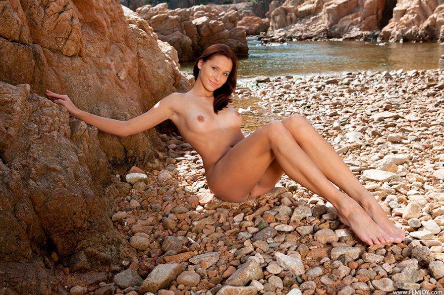 Голая сучка на скалистом берегу