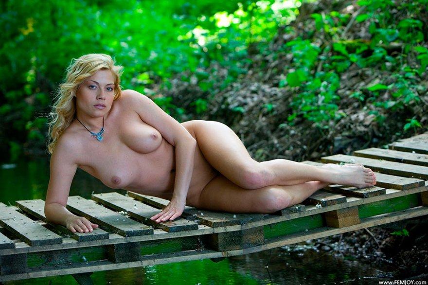 Обнаженная блондинка возле лесного ручья смотреть эротику