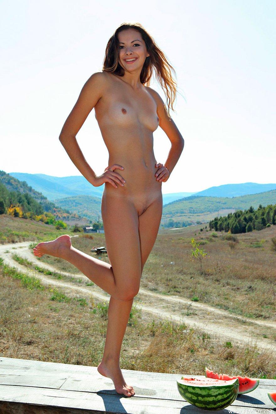 ржач!!!!!!!гы служанка в сексуальных чулках позирует для ню фото моему мнению правы