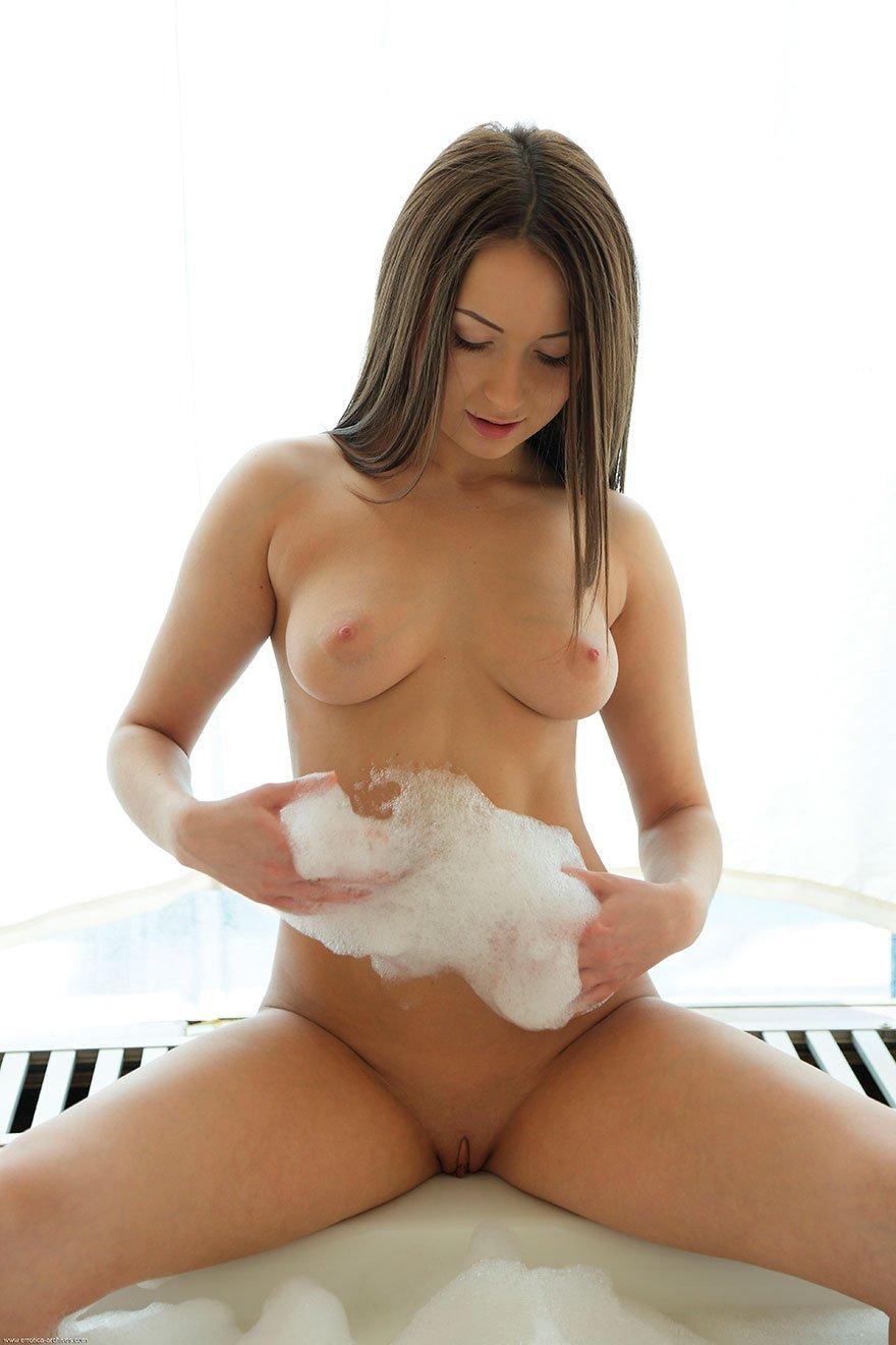 Голая девушка в огромной ванне