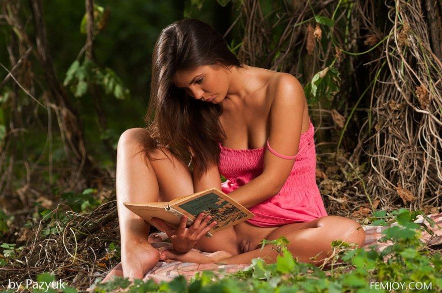 Голая фрау читает под деревом