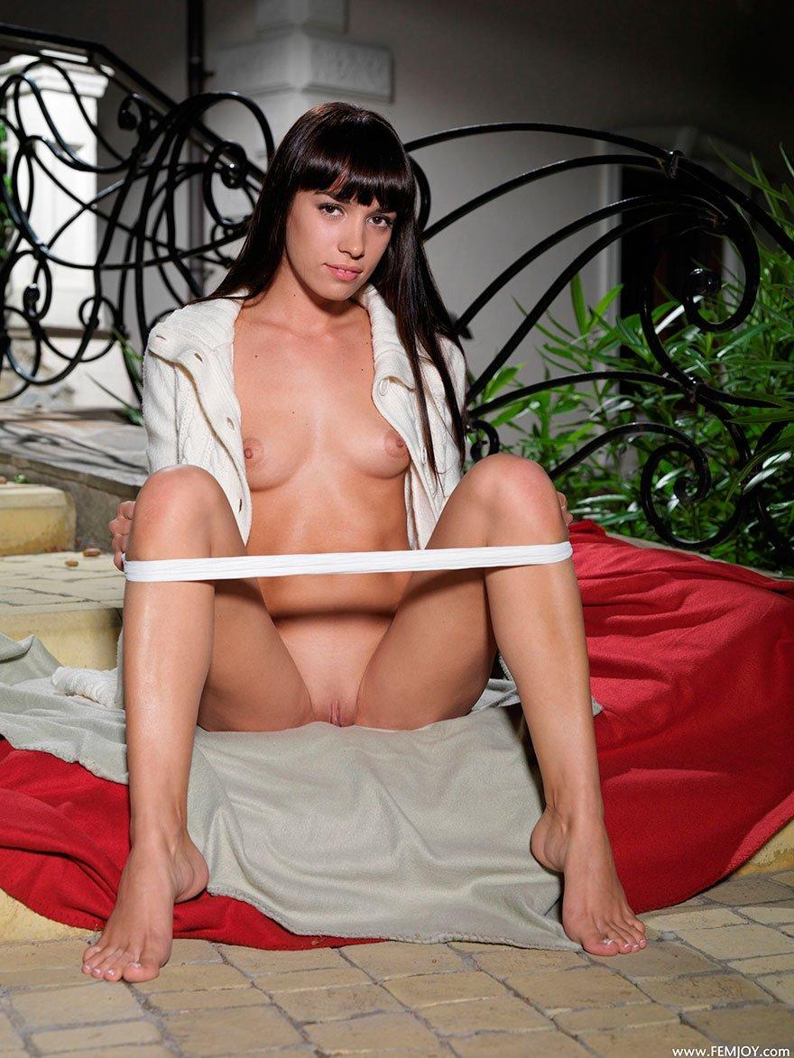 Красивая эротика брюнетки с маленькой грудью на ступеньках