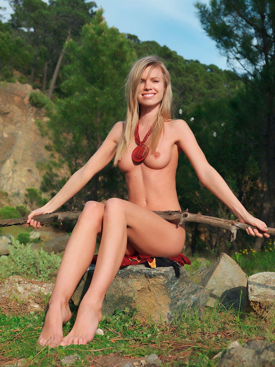 Фотографии голенькой блондинки с громаным медальоном