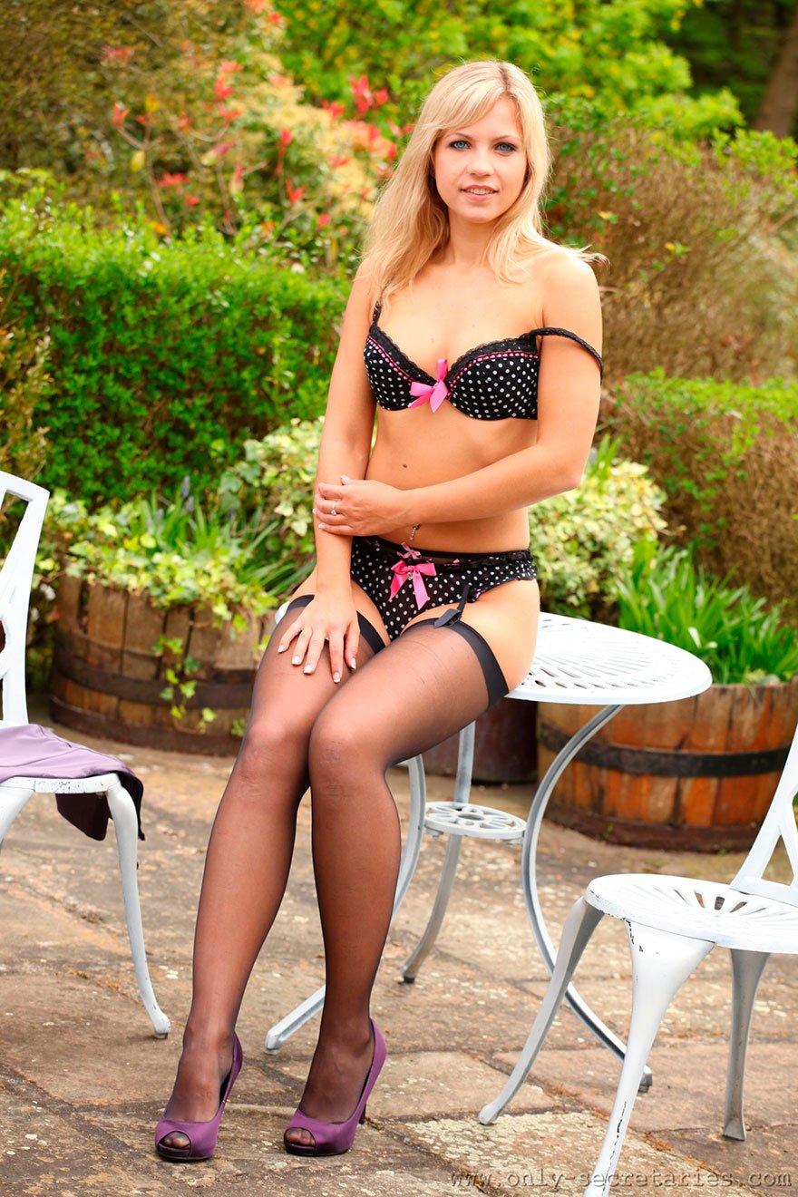 Светловолосая девушка в чулочках за столиком в саду секс фото