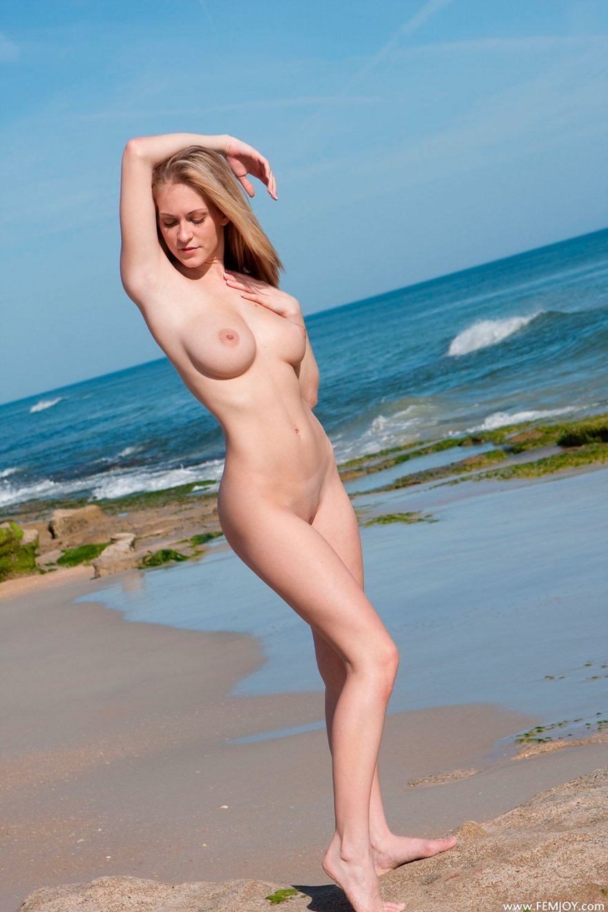 Фото эротика светловолосые девки с милыми дойками на море секс фото