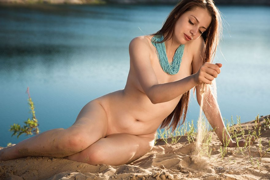 Сучка в полосатом купальнике около реки секс фото