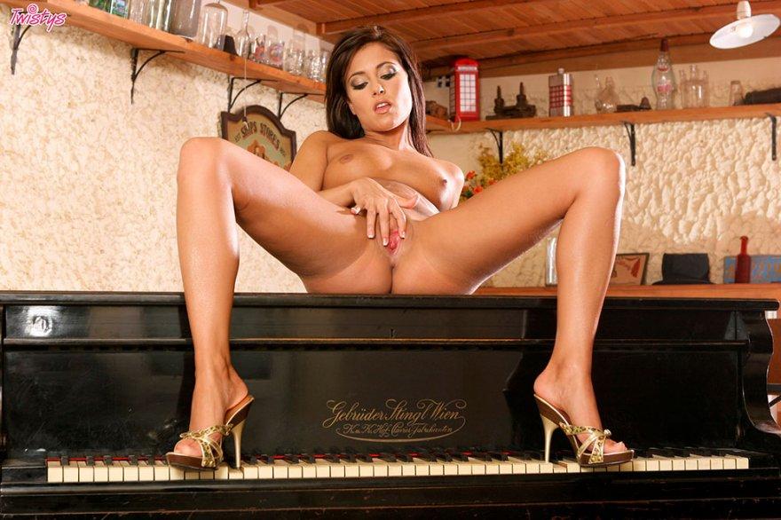 Эротика брюнетки с шикарной попой возле рояля