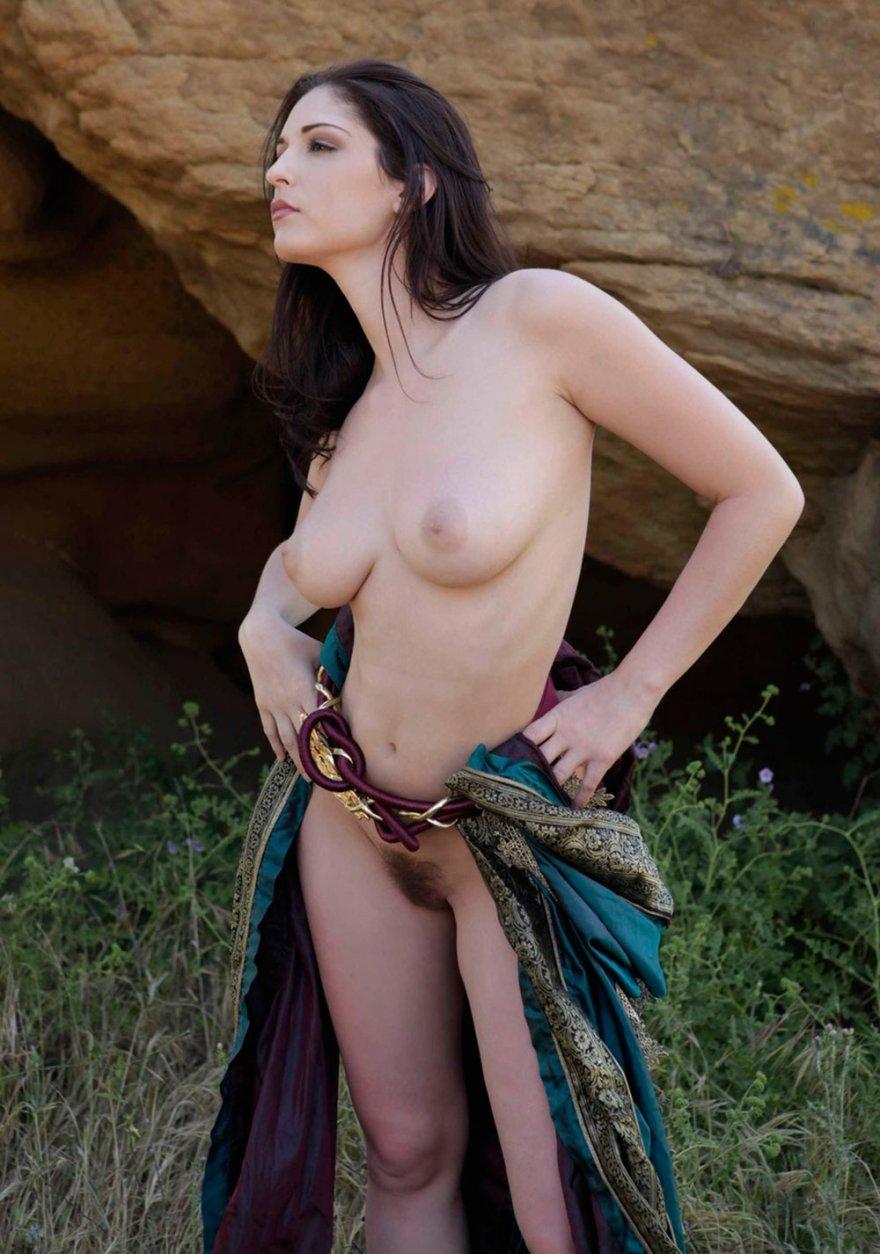 Женственная фигура брюнетки в старинном платье