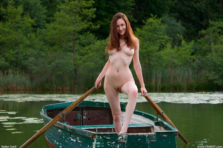 Обнаженные бабы в лодке на реке секс фото