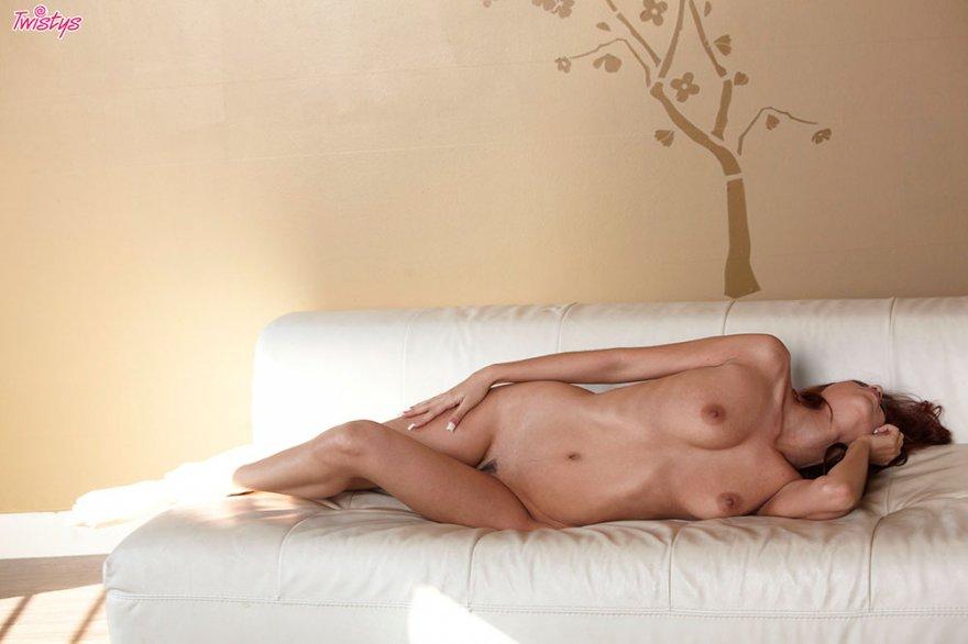Чувственная эротика рыжей на белом диване