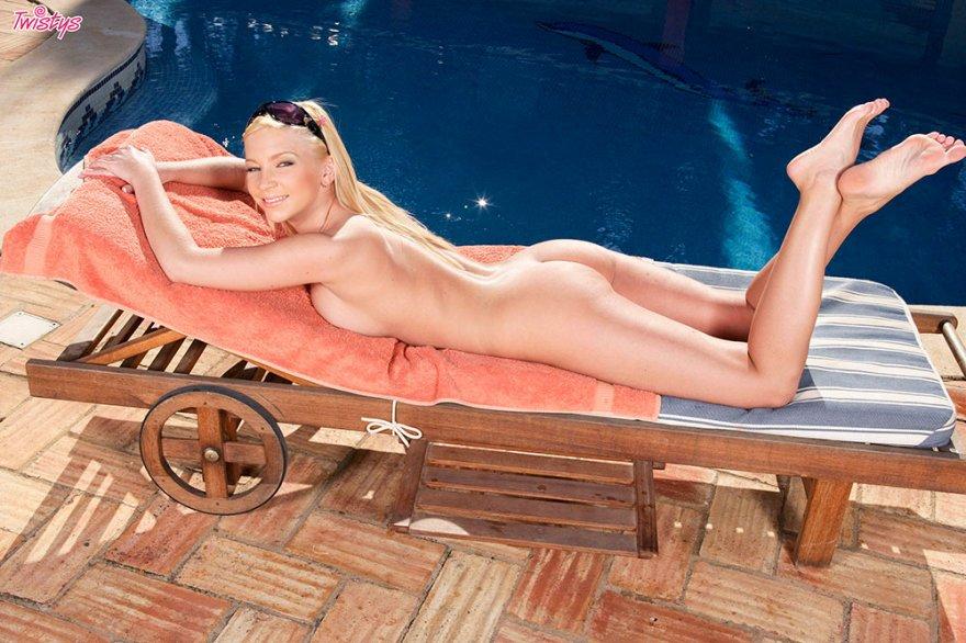 Прекрасная смуглая задница светловолосые девки около бассейна