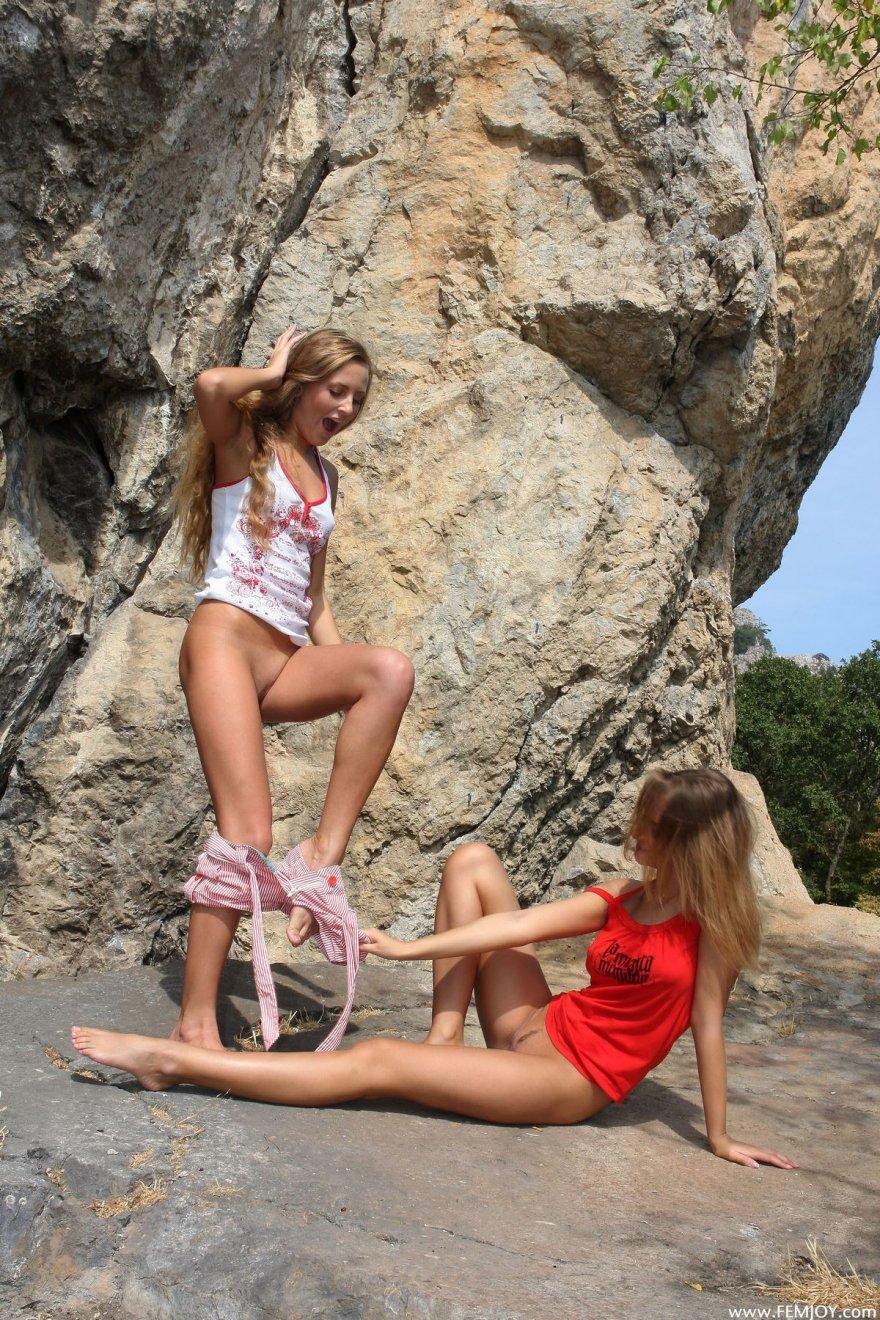 Две молодые блондинки раздеваются на скале