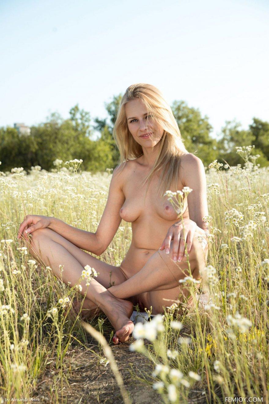 голых смотреть фото блондинок на природе молодых