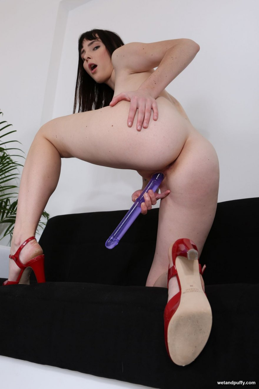 мастурбирует в туфлях