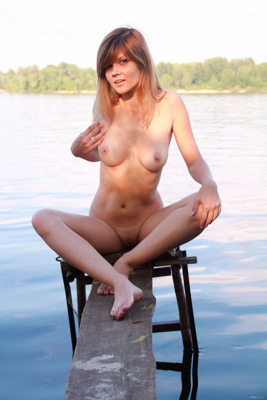 Молодая девка в коротких шортиках и с голыми дойками